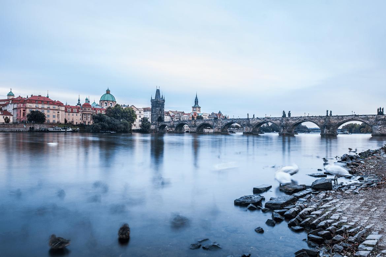 Utsikt över Karlsbron i Prag.